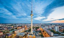 柏林有著名电视塔的地平线全景在Alexanderplatz在微明下,德国 图库摄影