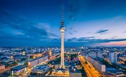柏林有著名电视塔的地平线全景在Alexanderplatz在微明下 免版税库存图片