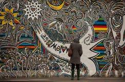 柏林检查街道画游人墙壁 图库摄影