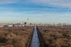 柏林电视塔和勃兰登堡门风景  库存照片