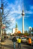 柏林电视塔(Fernsehturm)的看法是一个电视塔在中央柏林 库存照片