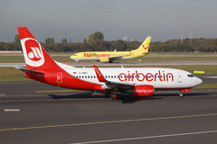 柏林航空和TUIfly波音737飞机杜塞尔多夫机场 免版税库存图片