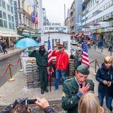 柏林边界查理检查点东部前面的德国指示安排西部 免版税库存照片