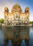 柏林通过河的大教堂视图在早晨 库存照片