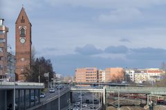 柏林都市风景有教会、高速公路和铁路线的 免版税库存照片
