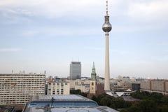 柏林都市风景有Fernsehturm电视塔的在Alexand 库存照片