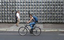 柏林骑自行车者女性 库存图片
