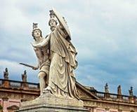 柏林,宫殿桥梁,反对风雨如磐的天空的新古典主义的雕象 库存照片