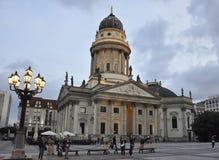 柏林,德国威严27 :Franzosischer圆顶在从柏林的晚上在德国 图库摄影