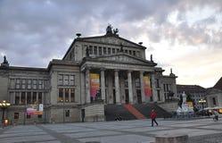 柏林,德国威严27 :Kontzerthaus大厦在从柏林的晚上在德国 库存图片