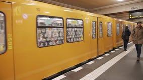 柏林,德国,大约2018年11月-抵达驻地柏林的地铁 走沿平台的人们 慢动作 股票录像
