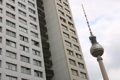 柏林,德国,2018年6月13日 柏林电视塔和老东柏林大厦  图库摄影