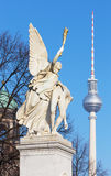柏林,德国, 2017年2月- 13日:在宫殿桥梁Schlossbruecke的雕象 图库摄影
