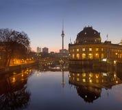 柏林,德国, 2017年2月- 16日:在狂欢河的在早晨黄昏的Bodenmuseum和Frensehturm 免版税库存图片
