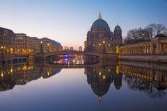 柏林,德国, 2017年2月- 16日:在狂欢河的Dom早晨黄昏的 库存照片