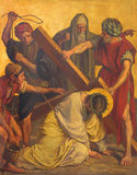 柏林,德国, 2017年2月- 16日:在金属片的油漆-在十字架下的耶稣秋天 图库摄影