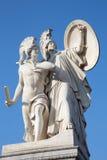 柏林,德国, 2017年2月- 13日:在Schlossbruecke的雕塑-雅典娜保护年轻英雄 图库摄影