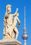 柏林,德国, 2017年2月- 13日:在Schlossbruecke的雕塑-雅典娜带领年轻战士入战斗 免版税图库摄影