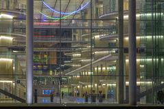 柏林,德国, 2017年2月- 14日:横跨玻璃门面的神色到现代政府大厦里在晚上 库存图片