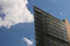 柏林,德国:首都正方形Potsdamerplatz锐边最小的形状的现代玻璃反射的摩天大楼 免版税库存图片