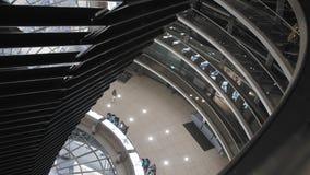 柏林,德国- 2018年10月:在德国议会的圆顶的里面游人 考虑曝光 o 股票视频