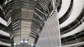 柏林,德国- 2018年10月:在联邦议会圆顶里面的游人在晚上 神奇未来派建筑 影视素材