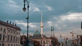 柏林,德国- 2018å¹´10月:慢动作在日落的街道资本 在背景是柏林电视塔和 股票录像
