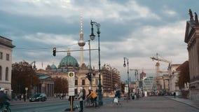 柏林,德国- 2018年10月:慢动作,在资本街道上的骑自行车者在日落 在背景是柏林 影视素材