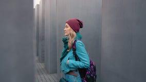 柏林,德国- 2018年10月:有背包的慢动作白种人女孩游人使智能手机脱离她的口袋 股票视频