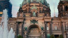 柏林,德国- 2018年10月:水喷泉和浪花在大教堂附近的在柏林,德国 t 股票录像