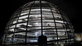 柏林,德国- 2018年10月:联邦议会的圆顶在晚上 在参观地标的游人里面 t 影视素材