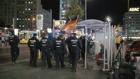 柏林,德国- 2018年10月:警察卫兵在街道上的命令 与旗子的示范  股票视频