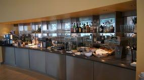 柏林,德国- 2015年1月17日, :在企业休息室的食物自助餐在柏林特赫尔国际机场 免版税库存照片