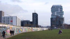 柏林,德国- 2015年1月17日, :柏林围墙是一障碍被修建的开始1961年8月13日 走的人们  免版税库存图片