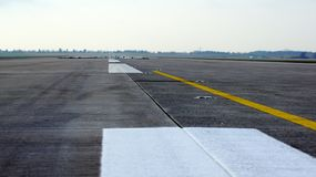柏林,德国- 2015年1月17日, :跑道,蓝天的简易机场有在柏林勃兰登堡机场的云彩背景 免版税库存图片