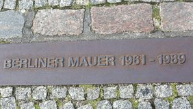 柏林,德国- 2017年8月17日:与文本柏林围墙的匾 库存照片