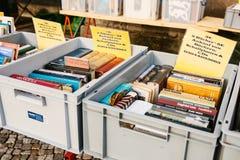 柏林,德国2018年2月15日:书街道销售  许多不同的书在销售中的箱子 免版税图库摄影