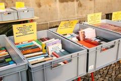 柏林,德国2018年2月15日:书街道销售  许多不同的书在销售中的箱子 免版税库存照片