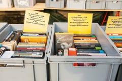 柏林,德国2018年2月15日:书街道销售  许多不同的书在销售中的箱子 库存照片