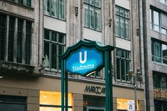 柏林,德国2018年2月15日:入口的标志对地铁的 地下地铁车站 免版税库存图片