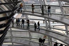 柏林,德国- 2017年12月17日:圆顶里面看法在Reichstag大厦的 图库摄影