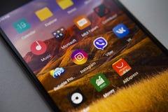 柏林,德国- 2017年11月19日:在屏幕现代智能手机的普遍的应用 在显示手机的顶面apps象 图库摄影