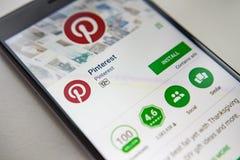 柏林,德国- 2017年11月19日:在屏幕现代智能手机的Pinterest应用在戏剧商店 库存图片