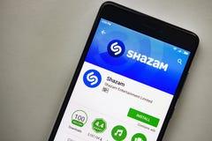 柏林,德国- 2017年11月19日:在屏幕现代智能手机的Shazam应用在戏剧商店 Shazam app 免版税库存照片