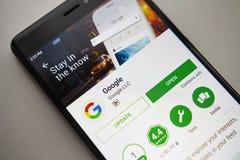 柏林,德国- 2017年11月19日:在现代智能手机屏幕上的谷歌应用在戏剧商店 免版税图库摄影