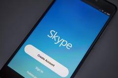柏林,德国- 2017年11月19日:在现代智能手机屏幕上的Skype应用  签到Skype帐户 图库摄影
