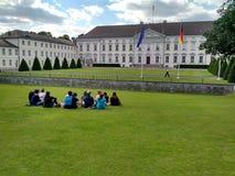 柏林,德国- 2016年7月7日:坐在一个公园的小组年轻人 库存图片