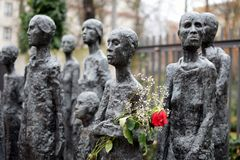 柏林,德国- 2017年12月16日:将法西斯主义`的Lammert ` s雕塑`犹太受害者在老犹太公墓前面的 免版税库存照片