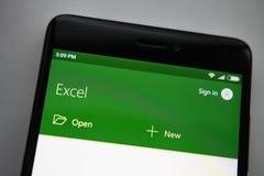 柏林,德国- 2017年11月19日:微软屏幕现代智能手机的埃克塞尔app 手机的微软办公系统 免版税图库摄影