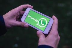 柏林,德国- 2018年5月30日:拿着有WHATSAPP信使商标和象的手特写镜头iPhone屏幕 免版税图库摄影